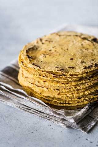 Una pila de tortillas de maíz en una toalla de cocina.
