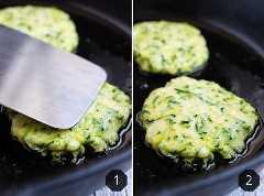 Bolinhos de abobrinha fritos em uma frigideira de ferro fundido.