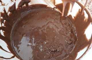 Añadir el polvo de cacao a la masa de magdalena magdalena