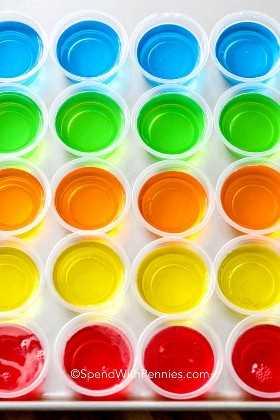 Uma variedade de gelatina colorida alinhada em uma assadeira para definir.