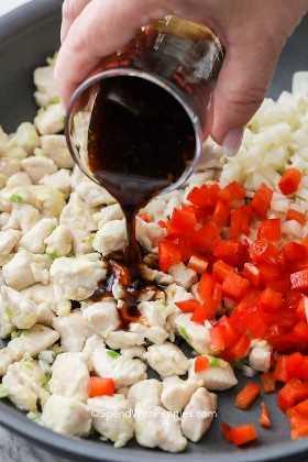 Enrole o molho de alface sobre o frango cozido e o pimentão picado.