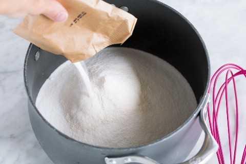 Adicione pectina ao açúcar na panela.