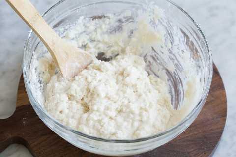Acabado de pastel de durazno rematado en un tazón para mezclar.