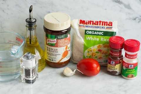 Los ingredientes necesarios para hacer arroz mexicano se muestran aquí.