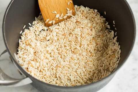 Salteando el arroz en una cacerola.