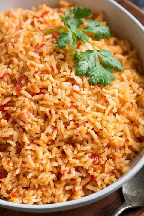 Ciérrese para arriba del arroz mexicano en un cuenco.