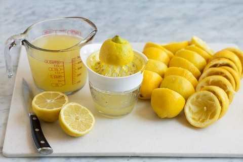 Jugo de limones frescos.