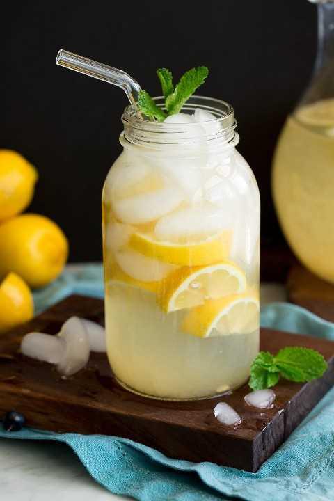 Frasco de vidrio lleno de limonada y hielo.