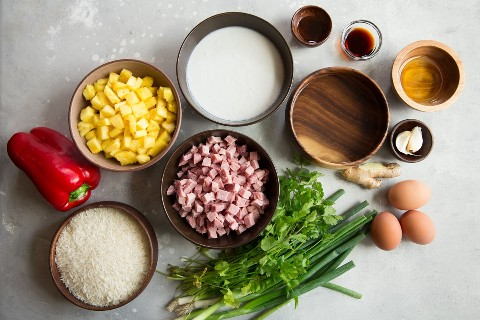 Ingredientes de arroz frito hawaiano