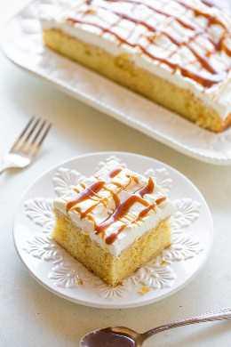 Pastel de crema de caramelo - ¡Una mezcla cremosa de caramelo se sumerge en un pastel amarillo suave antes de ser cubierto con crema batida y más CARAMELO! ¡Un pastel fácil que es un GANADOR garantizado, especialmente para los amantes del caramelo!