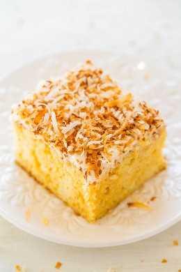 Pastel de caramelo de coco - ¡Un pastel súper húmedo increíblemente FÁCIL gracias a una mezcla cremosa de caramelo que se introduce en el pastel! Cubierto con crujiente de coco tostado, este pastel es un ganador delicioso!