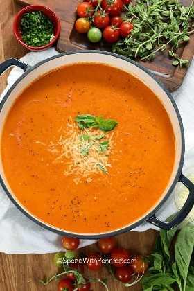 Uma panela grande de sopa de tomate caseiro