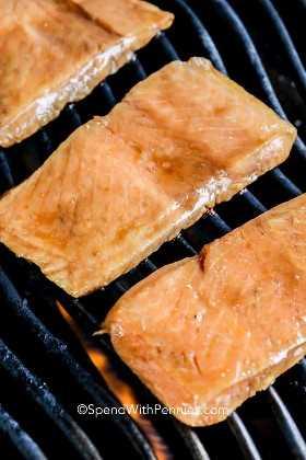 Filetes de salmón marinado en una parrilla.