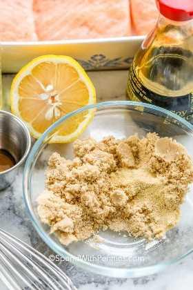Azúcar moreno en un bol con los ingredientes restantes a su alrededor.