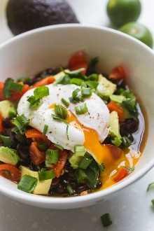 Estos frijoles negros simples y sabrosos, con sabor a tocino, cebolla, ajo, poblano y muchas especias, tienen un sabor ahumado pero suave que combina bien con muchos platos.
