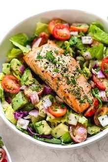 Esta ensalada de salmón y aguacate está hecha con mis dos súper comidas favoritas: el aguacate y el salmón salvaje. ¡Podria comer esto todos los dias!
