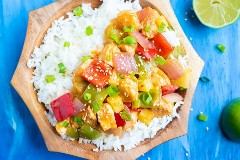 Receta de pollo de piña fácil con pimientos, cebollas y una salsa pegajosa.