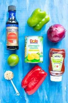 Salsa de soja, piña en conserva, pimiento, cebolla, salsa de tomate, azúcar y una lima como ingredientes para una receta de pollo con piña.