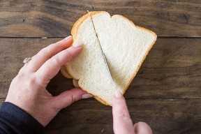 Cortar el pan por la noche en una cazuela de tostadas francesas.