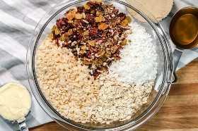 Tazón de fuente de ingredientes de bar de granola sin hornear.