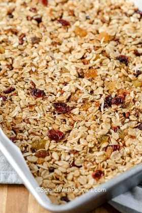 Uma assadeira com ingredientes da barra de granola pressionada nela.