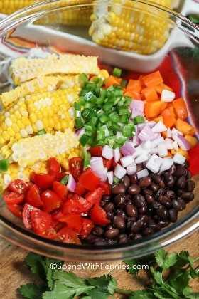 Tazón de fuente de ingredientes de la ensalada de la alubia negra y del maíz.