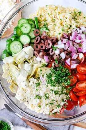 Ingredientes para preparar ensalada de orzo en un bol.
