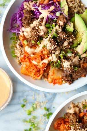 Tazones de fuente de carne de res coreana: con la carne de res coreana más sencilla, el repollo desmenuzado, el kimchi caramelizado, las rebanadas de aguacate y la mejor mayonesa de Sriracha. SO SO BOMB.