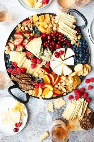 Tábua de queijos de verão - Brie, Gorgonzola, Gouda, queijo cheddar, frutas frescas de verão e cerejas! O melhor prato de queijo assassino para impressionar todos os seus convidados!