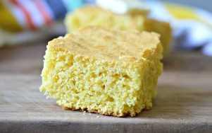 pieza de pan de maíz sobre la mesa