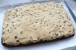Agregue pasta de galleta glaseada a la base de galletas de chocolate
