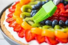 Cepille el esmalte brillante sobre la fruta con un pincel de silicona.