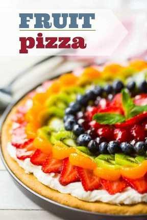 """Pizza de fruta glaseada sobre un fondo blanco con una superposición de texto que dice """"Pizza de frutas""""."""