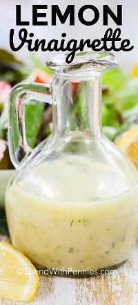 Vinagreta de limón en una clara botella para servir.