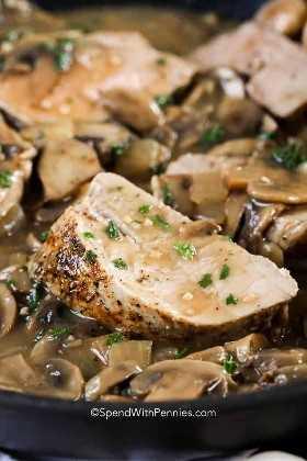 El lomo de cerdo asado y tierno bañado en una rica salsa con hongos es increíblemente tierno y magro. ¡Es fácil de preparar, por lo que es la comida perfecta para los días de semana!