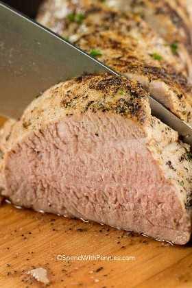 El solomillo de cerdo asado es increíblemente tierno y magro. ¡Es fácil de preparar con solo un poco de condimento y lo suficientemente rápido para hacer que su familia tenga una semana ocupada!