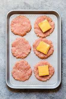 Hamburguesas de pavo rellenas de queso son simples y deliciosas! Elaborado con 2 ingredientes sin contar sal y pimienta.