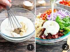 Aderezo para ensaladas de pasta hecho de mayonesa, aderezo ranchero y mostaza que se vierte sobre la pasta, la lechuga, el tocino y los tomates.
