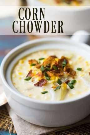 """Sopa de maíz con tocino y cebolletas en una vasija blanca, con una superposición de texto que dice """"Sopa de maíz""""."""