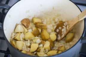 Picado de cebolla y papas en una olla grande.