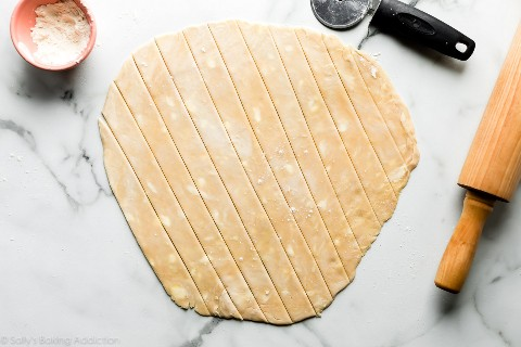 masa de tarta cortada en tiras de 1 pulgada