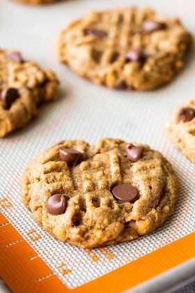 Um biscoito de chocolate com manteiga de amendoim em uma assadeira.