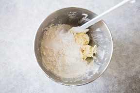 Agregar ingredientes secos a la masa para las barras de galletas de azúcar.