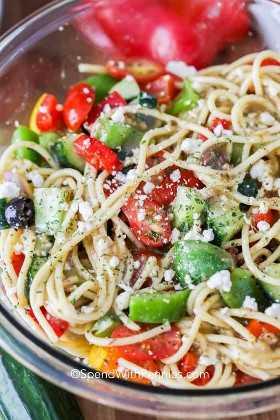 Ciérrese para arriba de la ensalada mezclada de los espaguetis en un cuenco.