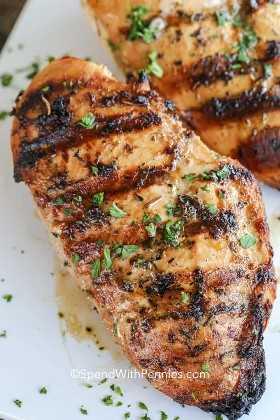 Pechugas de pollo a la parrilla marinadas y adornadas con perejil.