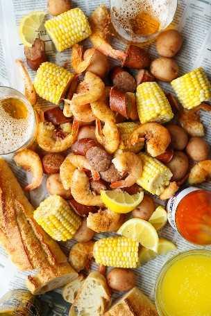 Cocer a fuego lento Camarones hervir - papas rojas, salchicha andouille, camarones, maíz, Old Bay. ¡Un clásico hervido de camarón hecho sin ningún problema en tu crockpot!