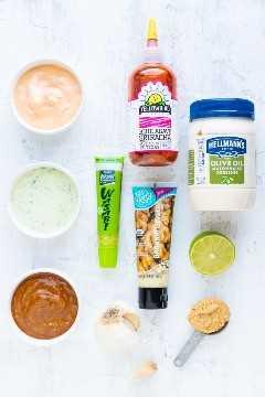 Ingredientes para una receta de sriracha mayonesa, salsa de wasabi y salsa de miso.