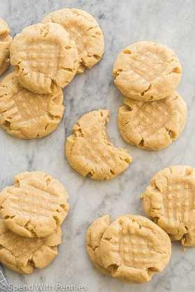 galletas de mantequilla de maní en mármol