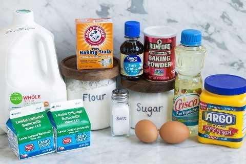 Ingredientes necesarios para hacer la mezcla de gofres belgas que se muestra aquí.