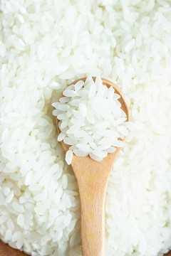 Un tazón lleno de arroz de sushi japonés de grano corto para usar en una receta de arroz de sushi.